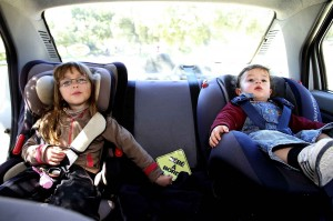 2048x1536-fit_enfants-attaches-siege-auto-securite-voiture